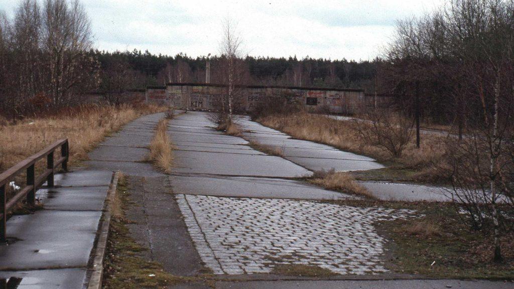 Eine weitere Mauer auf der alten Autobahntrasse versperrte im Norden den Zugang.