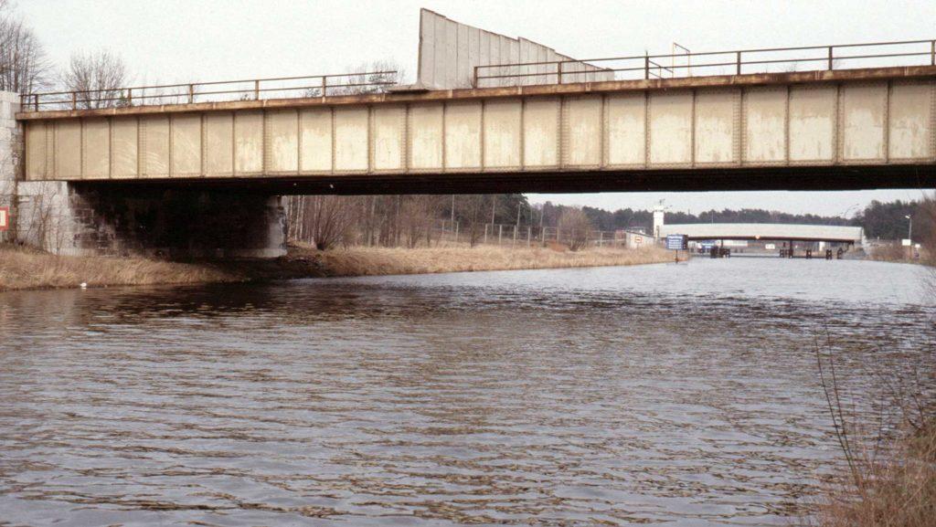 Mauersegmente versperren 1988 die Brücke. Im Hintergrund ist die Grenzübergangsstelle des Teltowkanals zu sehen.