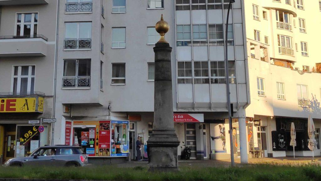Eine weiterer preußischer Meilenstein steht an der Hauptstraße in Schöneberg.