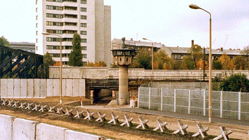 So sahen die DDR-Grenzanlagen auf dem St.-Hedwig-Friedhof im Jahr 1980 aus.
