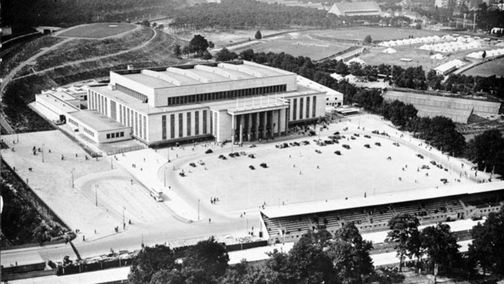 Die neu errichtete Deutschlandhalle im Jahr 1936, unten ist die AVUS zu sehen