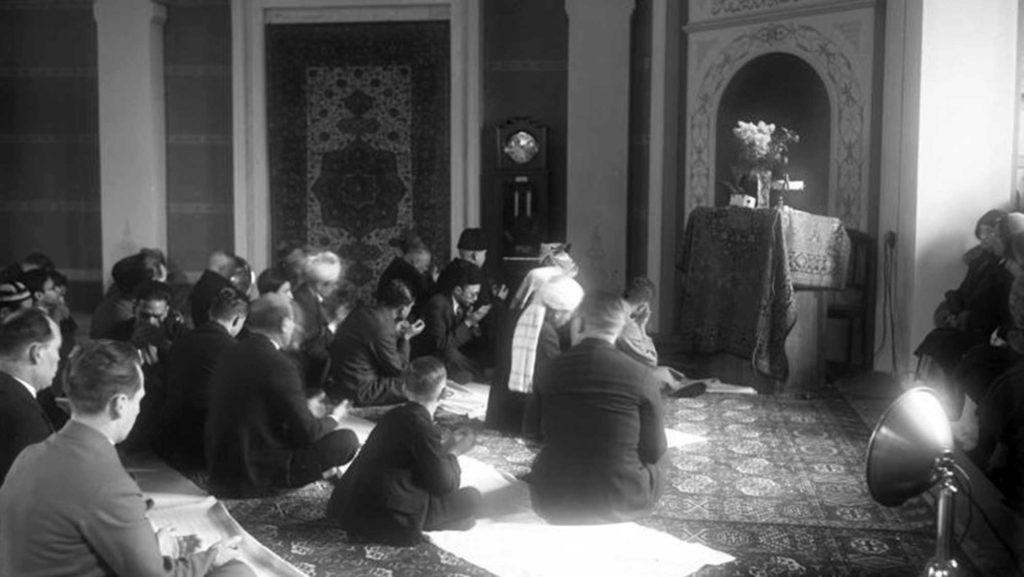 Muslime feiern im Jahr 1931 einen Gottesdienst anlässlich von Ramadan in der Moschee.