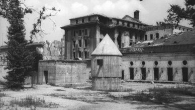 Entlüftungsturm des Führerbunkers vor der Reichskanzlei