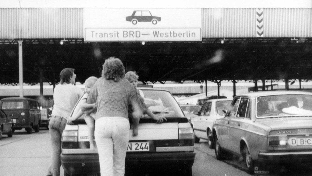 Westdeutsche Autofahrer warten 1986 nach der Transitfahrt durch die DDR am Grenzkontrollpunkt auf Einlass nach West-Berlin.