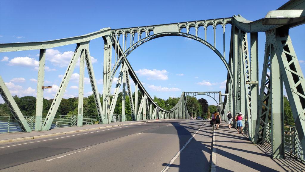 Glienicker Brücke zwischen Potsdam und Berlin, auch bekannt als Agentenbrücke