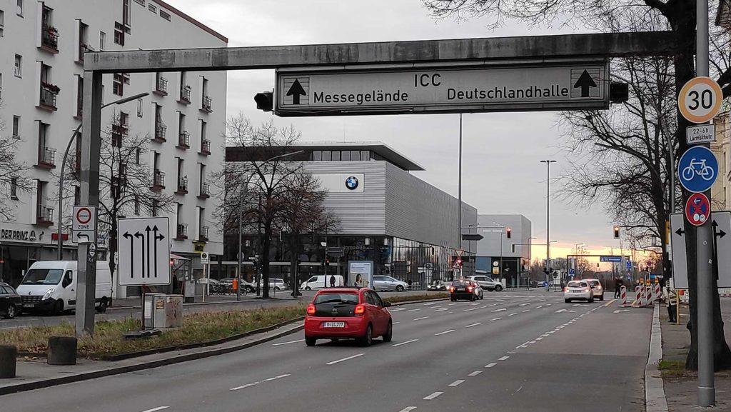 Die Deutschlandhalle existiert nicht mehr, das Straßenschild hat überlebt. Foto: Fabian Schweyher