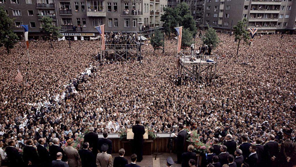 John F. Kennedy während seiner berühmten Rede vor dem Rathaus