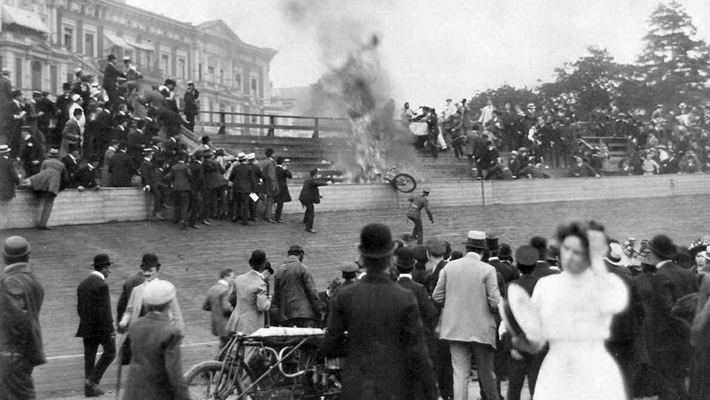 Am 18.7.1909 schleuderte ein Motorrad in die Tribüne. Nach der Katastrophe wurde die Bahn demontiert.