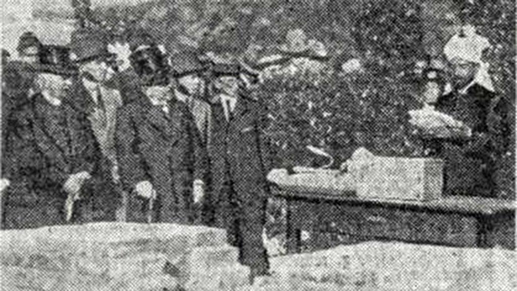 """Die niederländische Zeitung """"Algemeen Handelsblad"""" zeigte am 9.8.1923 ein Foto von der Grundsteinlegung der Moschee."""