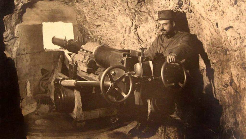 Ein Kanonenschütze während des Kriegs im Stollen