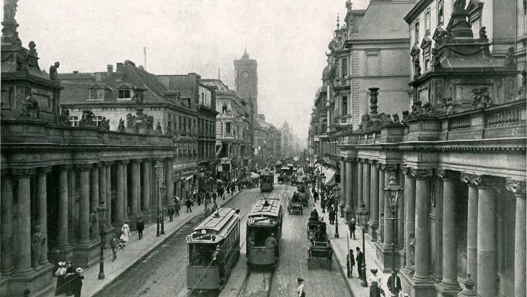 Aufnahme aus dem Jahr 1903: Der ursprüngliche Standort der Königskolonnaden war am Alexanderplatz in Nähe des Roten Rathauses.