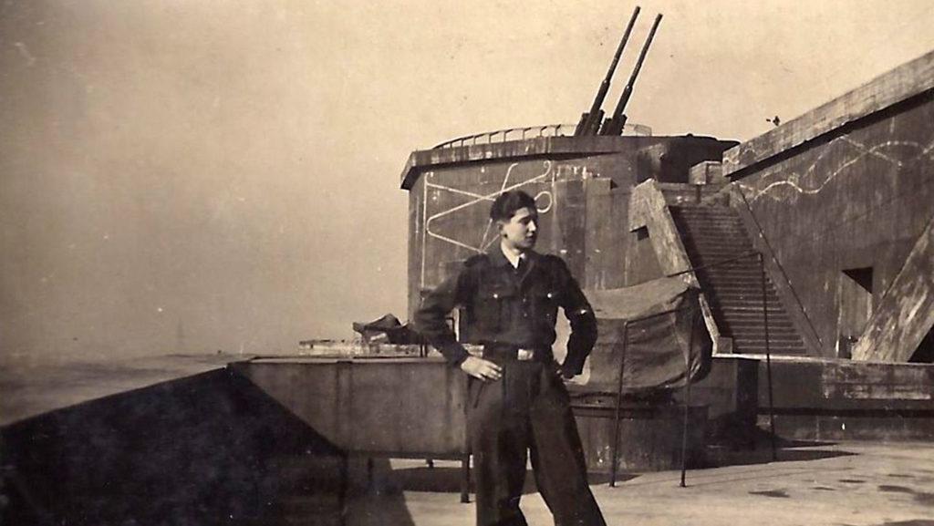 Ein junger Luftwaffenhelfer auf dem Flakturm Humboldthain im Jahr 1943