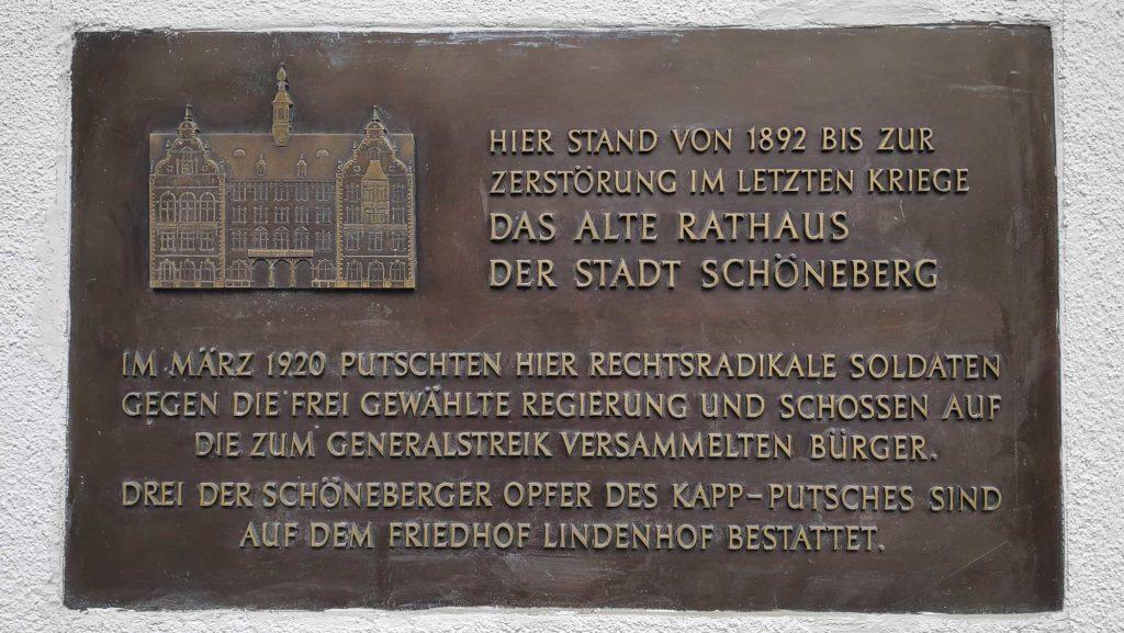 Vor dem Bau des heutigen Rathauses befnad sich das Vorläufer-Gebäude am Kaiser-Wilhelm-Platz. Eine Plakette erinnert dort an den früheren Standort.