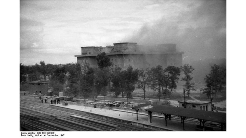 Der Zoo-Flakturm nach der gescheiterten ersten Sprengung 1947