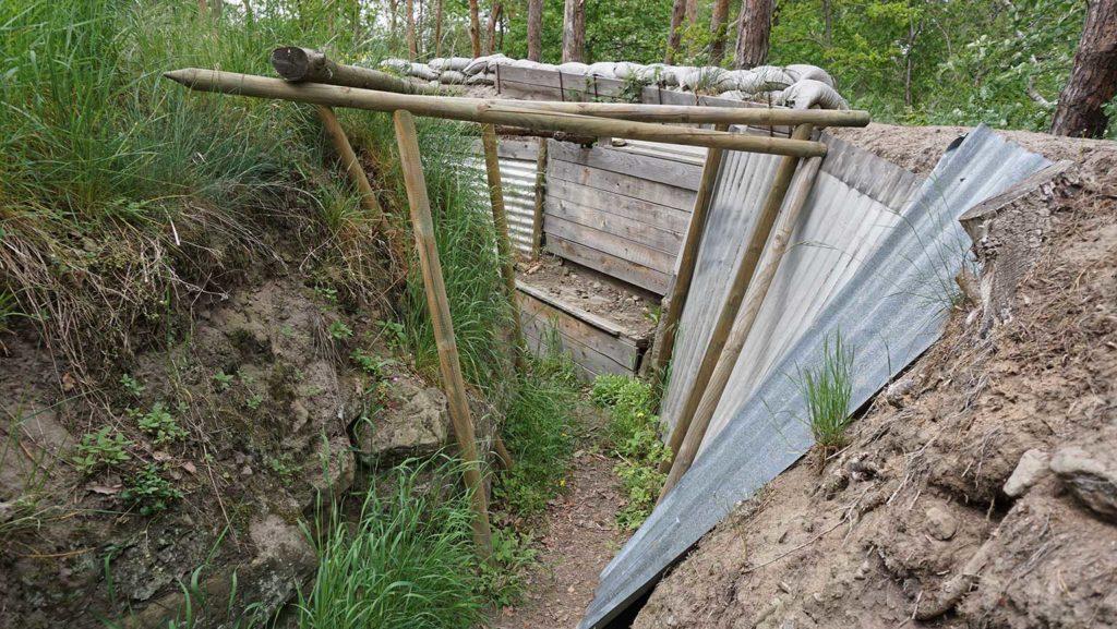 Die Anlage besteht aus drei hintereinander gestaffelten Grabenwerken.