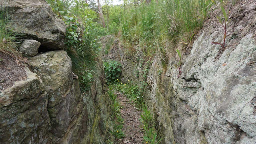 Im Gelände finden sich Spuren von Grabeneinrichtungen wie Unterständte und Stellungen für schwere Waffen.